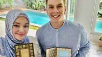 Bertrand Antolin dan Dewi Sandra mewakafkan sebanyak 3.400 Alquran. (dok. Instagram @bertrand1407/https://www.instagram.com/p/CFZElLOhIcd/