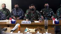Panglima TNI Hadi Tjahjanto (tengah) menyampaikan keterangan dan menunjukkan puing-puing yang ditemukan dalam operasi pencarian kapal selam KRI Nanggala 402 di Pangkalan Udara Militer Ngurah Rai, Bali, Sabtu (24/4/2021). KRI Nanggala 402 dinyatakan tenggelam atau subsunk. (AP Photo/Firdia Lisnawati)