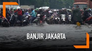 Hujan lebat yang mengguyur Jakarta membuat jalanan Cakung-Cilincing terendam genangan air.