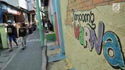 Suasana di Kampung Pelangi, Johar Baru, Jakarta, Rabu (2/5). Selain gambar animasi dengan cat warna-warni, warga juga menanam tanaman hias di sepanjang jalan. (Merdeka.com/Iqbal Nugroho)