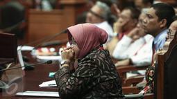 Wali Kota Surabaya Tri Rismaharini memenuhi panggilan Mahkamah Kostitusi (MK), Jakarta, Rabu (8/6). Risma akan menjadi saksi atas gugatan warga Surabaya tentang Pengalihan Wewenang Penyelenggaraan Pendidikan kepada Pemprov. (Liputan6.com/Faizal Fanani)