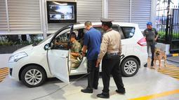 Petugas keamanan memeriksa kendaraan yang akan memasuki lokasi debat keempat Pilpres 2019 di Hotel Shangri-La, Jakarta, Sabtu (30/3). Debat kali ini mempertemukan capres nomor urut 01 Joko Widodo atau Jokowi dan capres nomor urut 02 Prabowo Subianto. (Liputan6.com/Angga Yuniar)