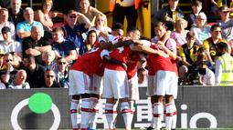 Para pemain Arsenal merayakan gol yang dicetak Pierre-Emerick Aubameyang ke gawang Watford pada laga Premier League 2019/20 di Stadion Vicarage Road, Watford, Minggu (15/9). Kedua klub bermain imbang 2-2. (AFP/Ben Stansall)