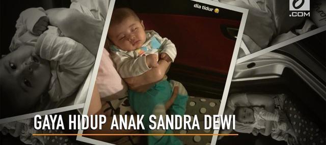 Sandra Dewi menidurkan anaknya dengan mengajak keliling kompleks memakai mobil mewah.