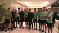 Pelatih Timnas Indonesia U-22, Indra Sjafri bersama skuat Timor Leste di SEA Games 2019. (Bola.com/Muhammad Iqbal Ichsan)