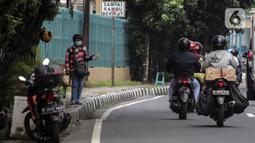 Penjual jasa penukaran uang menawarkan uang baru dalam berbagai pecahan di kawasan Pondok Indah, Jakarta, Kamis (6/5/2021). Penjual melayani penukaran uang pecahan Rp 2.000, Rp 5.000, Rp 10.000, Rp 20.000, dan Rp 75.000 dalam kondisi baru. (Liputan6.com/Johan Tallo)