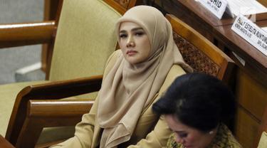 Anggota DPR Mulan Jameela saat mengikuti Rapat Paripurna ke-2 di Kompleks Parlemen, Jakarta, Selasa (1/10/2019). Istri Ahmad Dhani tersebut lolos sebagai anggota DPR periode 2019-2024. (Liputan6.com/JohanTallo)