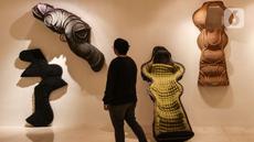 Pengunjung melihat-lihat benda yang dipamerkan pada pameran Indonesian Contemporary Art and Design (ICAD) di Grand Kemang, Jakarta, Jumat (22/10/2021). Pameran yang menghadirkan desain dan seni kontamporer ini berlangsung dari 21 Oktober hingga 28 November 2021. (Liputan6.com/Johan Tallo)