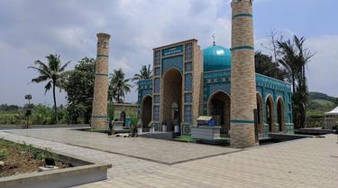 Masjid Al-Bukhari di kota Cianjur. Masjid kubah biru ini terinspirasi dari gaya aristektur Uzbekistan.