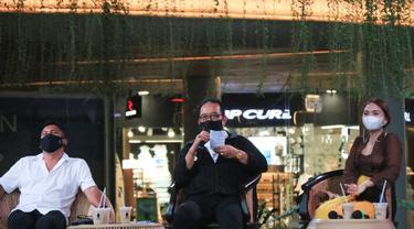 Wakil Gubernur (Wagub) Bali Tjokorda Oka Artha Ardhana Sukawati (Cok Ace) (tengah)