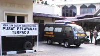 Ambulans yang membawa dua jenazah polisi Polda Sumut yang tewas akibat bertengkar. (Liputan6.com/Reza Perdana)