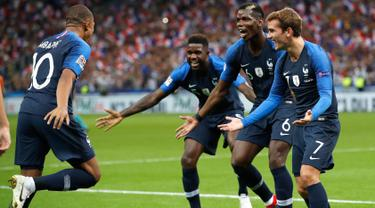 Striker Prancis, Kylian Mbappe berselebrasi dengan rekannya usai mencetak gol ke gawang Belanda pada pertandingan UEFA Nations League di Stadion Stade de France, Saint-Denis, Prancis, (9/10). Prancis menang 2-1 atas Belanda. (AP Photo/Christophe Ena)