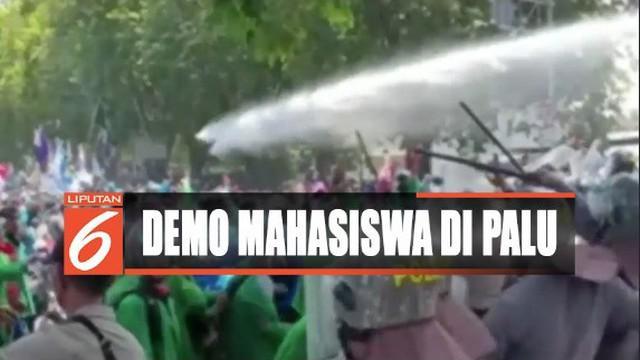 Massa pun berupaya menerobos masuk dengan cara menarik pagar kawat berduri yang dipasang di Depan Gedung DPRD Sulawesi Tengah.