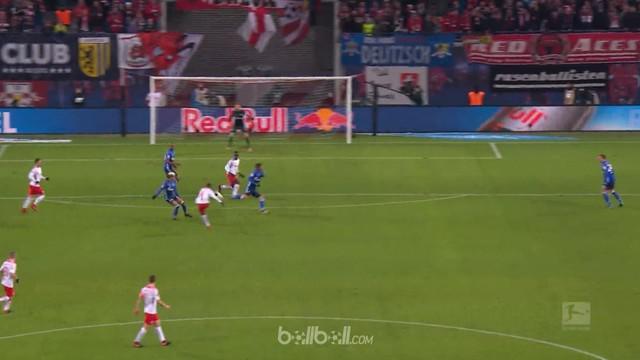 Pemain incaran Liverpool, Naby Keita membuka gol kemenangan RB Leipzig 3-1 atas Schalke, Sabtu (13/1). Gelandang yang kemungkinan ...