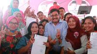 Calon Gubernur Sumatera Utara Djarot Saiful Hidayat membagi-bagikan Suket kepada pemilih pemula (Liputan6.com/Reza Efendi)