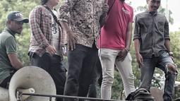 Sejumlah massa menggelar Aksi Bela OSO di depan Gedung KPU, Jakarta, Rabu (16/1). KPU memutuskan untuk tetap tak memasukan nama Oesman Sapta Odang (OSO) ke daftar calon tetap (DCT) anggota DPD Pemilu 2019. (Liputan6.com/Faizal Fanani)