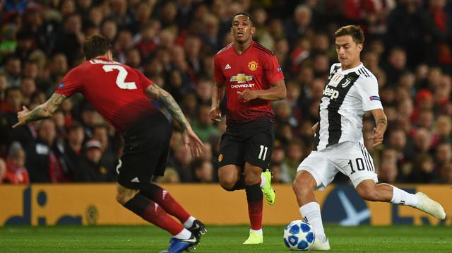 Striker Juventus, Paulo Dybala, berusaha melewati bek Manchester United, Victor Lindelof, pada laga Liga Champions di Stadion Old Trafford, Manchester, Selasa (23/10). MU kalah 0-1 dari Juventus. (AFP/Oli Scarff)