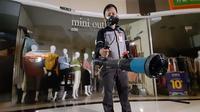 Pusat perbelanjaan di Kota Tangerang mulai mengambil langkah pencegahan Virus Corona dengan cara penyemprotan cairan disinfektan.