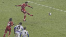 Bayern mendapat hadiah penalti di menit ke-11. Robert Lewandowski, yang maju sebagai eksekutor, gagal mencetak gol setelah bola mampu ditepis Rune Jarstein. (Foto: AP/Pool/Michael Sohn)