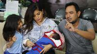 Pasangan selebriti Meisya Siregar dan Bebi Romeo memberikan keterangan pers terkait kelahiran anak ke 3 mereka di kawasan Panglima Polim, Jakarta, Minggu (27/11). (Liputan6.com/Herman Zakharia)