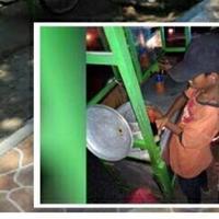 Bocah 10 tahun terpaksa harus berjualan bakso keliling lantaran kondisi ekonomi keluarga buruk. | Sumber Foto: facebook.com/rakhono.budi.3