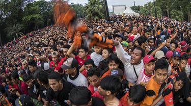Suporter Persija Jakarta, The Jakmania, berusaha masuk ke dalam stadion jelang final Piala Presiden di sekitar SUGBK, Jakarta, Sabtu (17/2/2018). Persija akan menghadapi Bali United. (Bola.com/Vitalis Yogi Trisna)