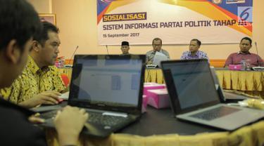 Sejumlah anggota partai politik mengikuti sosialisasi sistem informasi partai politik tahap III di Gedung KPU, Jakarta, Jumat (15/9). Sosialisasi digelar untuk mempertajam pemahaman partai akan penggunaan sipol tersebut. (Liputan6.com/Faizal Fanani)