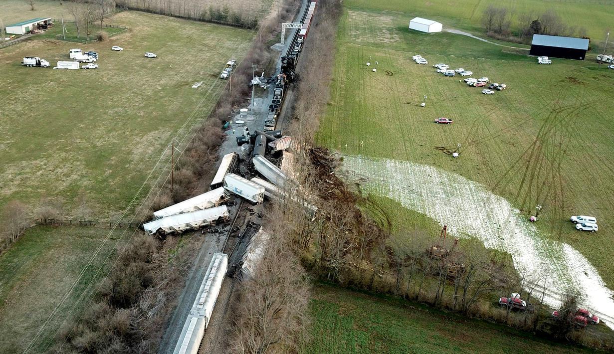 Rangkaian kereta terhempas ke luar rel menyusul kecelakaan yang terjadi di Georgetown, Kentucky, Amerika Serikat, Senin (19/3). Kecelakaan melibatkan dua kereta barang. (Ron Garrison/Lexington Herald-Leader via AP)