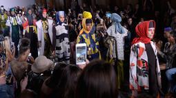Sejumlah model membawakan busana terbaru rancangan desainer asal Indonesia, Dian Pelangi selama New York Fashion Week 2017 di The Dream Downtown Hotel, New York, AS (7/9). (Brian Ach/Getty Images for Indonesian Diversity/AFP)