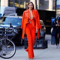Outfit serba oranye Gigi Hadid. (Foto: instagram.com/gigii_photos)