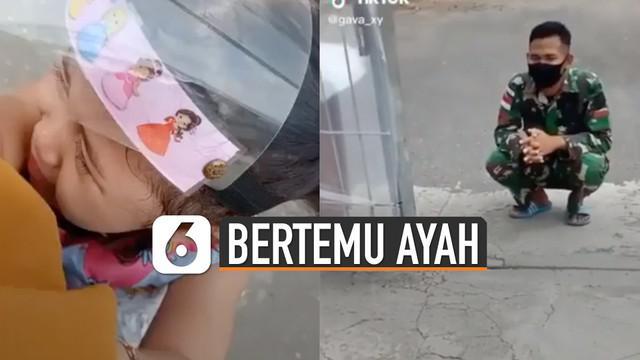 Beredar video anak TNI menangis saat bertemu ayahnya. Hal ini karena ayahnya sudah lama dinas.