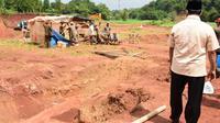 Wakil Gubernur Jawa Barat Uu Ruzhanul Ulum menutup lokasi galian tanah merah tak berizin di Desa Kertarahayu, Kecamatan Setu, Kabupaten Bekasi. (Foto: Liputan6.com/Humas Pemprov Jabar)