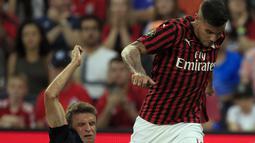 Striker Bayern Munchen, Thomas Muller berusaha merebut bola bek AC Milan, Theo Hernandez selama pertandingan International Champions Cup 2019 di Kansas City, Amerika Serikat (24/7/2019). AC Milan kalah tipis 1-0 atas Munchen berkat gol Leon Goretzka. (AP Photo/Orlin Wagner)