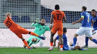 Pemain Belanda Donny Van De Beek (kiri) mencetak gol ke gawang  Italia pada pertandingan UEFA Nations League di Azzurri d'Italia Stadium, Bergamo, Italia, Rabu (14/10/2020). Pertandingan berakhir dengan skor 1-1. (Stefano Nicoli/LaPresse via AP)