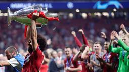 Pemain Liverpool Mohamed Salah mengangkat trofi juara Liga Champions usai mengalahkan Tottenham Hotspur di Stadion Wanda Metropolitano, Madrid, Spanyol, Sabtu (1/6/ 2019). (AP Photo/Manu Fernandez)