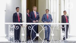 Presiden Joko Widodo dan Raja Belanda Willem Alexander berjalan menuju beranda Istana Bogor saat kunjungan kenegaraan di Jawa Barat, Selasa (10/3/2020). Agenda kenegaraan disebutkan membahas kerja sama bilateral di bidang ekonomi dan peningkatan sumber daya manusia. (Liputan6.com/Faizal Fanani)