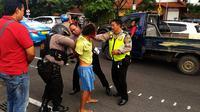 Pria pembawa bom molotov ditangkap personel Reskrim Polrestabes Surabaya di depan Gedung Grahadi. (Liputan6.com/Dhimas Prasaja)