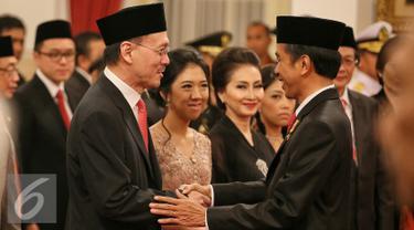 Presiden Joko Widodo memberi selamat kepada Eddy Sariaatmadja sebagai anggota Komisi Ekonomi dan Industri Nasional (KEIN) di Istana Negara, Jakarta, Rabu (20/1/2016). (Liputan6.com/Faizal Fanani)