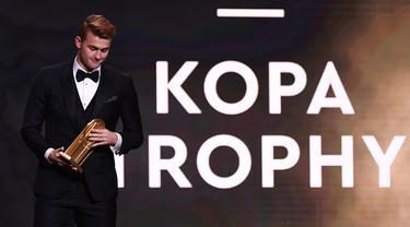Pemain Juventus Matthijs de Ligt meraih piala Kopa Trophy pada malam penghargaan Ballon d'Or 2019 di Chatelet Theatre, Paris, Prancis, Senin (2/12/2019). De Ligt dinobatkan sebagai pemain muda U21 terbaik di dunia. (FRANCK FIFE/AFP)