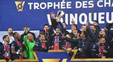 Pemain PSG mengangkat trofi Piala Super Prancis atau Trophee des Champions usai mengalahkan Marseille di Stade Bollaert-Delelis, Kamis (14/1/2021). PSG menang 2-1 atas Marseille. (AFP/Denis Charlet)