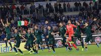 Pemain Timnas Italia berselebrasi setelah berakhirnya pertandingan grup J babak kualifikasi Piala Eropa 2020 saat menjamu Yunani di Stadio Olimpico, Sabtu (12/10/2019). Timnas Italia memastikan satu tempat pada putaran final setelah menang 2-0 atas Yunani. (AP/Alessandra Tarantino)