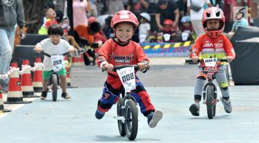Pembalap balita mengikuti kejuaraan sepeda kategori Push Bike dalam BMX Bearco Fest 2019 di Jakarta International BMX Track, Minggu (25/8/2019). Kejuaraan yang pesertanya menggunakan sepeda keseimbangan tersebut diikuti 105 anak dari berbagai daerah. (merdeka.com/Iqbal Nugroho)