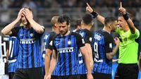 Para pemain Inter Milan tampak kecewa usai dikalahkan Juventus pada laga Serie A di Stadion Giuseppe Meazza, Sabtu (28/4/2018). Inter Milan takluk 2-3 dari Juventus. (AP/Matteo Bazzi)