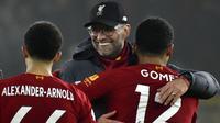 Pelatih Liverpool, Jurgen Klopp, memeluk para pemain nya usai melawan Wolverhampton Wanderers pada laga Premier League di Stadion Molineux, Kamis (23/01/2020). Liverpool menang dengan skor 2-1. (AP/Rui Vieira)