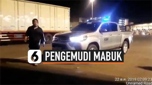 Seorang pengemudi membuat kekacauan di Bandara Suvarnabhumi, Thailand. Ia mengamuk lantaran tak terima ditegur petugas bandara. Padahal, petugas menegur karena si pengemudi karena nekat menerobos pos tiket.