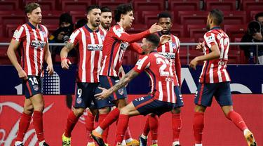 Para pemain Atletico Madrid merayakan gol yang dicetak oleh Joao Felix ke gawang Valencia pada laga Liga Spanyol di Stadion Wanda Metropolitano, Minggu (24/1/2021). Atletico Madrid menang dengan skor 3-1. (AFP/Pierre Philippe Marcou)