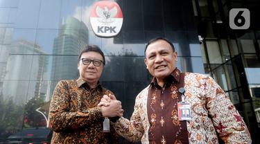 Menpan-RB Tjahjo Kumolo (kiri) dan Ketua KPK Firli Bahuri berjabat tangan usai melakukan pertemuan di Gedung KPK, Jakarta, Jumat (6/3/2020). Pertemuan membahas program Strategi Nasional Pencegahan Korupsi (Stranas PK) khususnya di Kemenpan-RB dan keseluruhan. (merdeka.com/Dwi Narwoko)