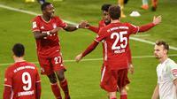 Striker Bayern Munich, Kingsley Coman (kedua dari kanan), merayakan gol bersama David Alaba (kiri) dan Thomas Mueller dalam laga lanjutan Liga Jerman pekan ke-8 melawan Werder Bremen di Allianz Arena, Sabtu (21/11/2020). Bayern bermain imbang 1-1 dengan Werder Bremen. (AFP/Lukas Barth/Pool)