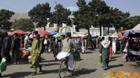 Orang-orang berlalu-lalang di jalanan menyusul pembukaan kembali bank dan pasar setelah Taliban mengambil alih kekuasaan di Kabul, Afghanistan, pada Sabtu (4/9/2021). Setelah 20 tahun digulingkan, kelompok Taliban kembali menguasai Afghanistan. (AP Photo/Wali Sabawoon)