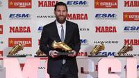 Striker Barcelona, Lionel Messi, memegang trofi Sepatu Emas Eropa di Antiga Fabrica Estrella Damm, Barcelona, Selasa, (18/12/2018). Messi berhak atas penghargaan itu berkat koleksi 34 gol dari 36 pertandingan. (AFP/Lluis Gene)